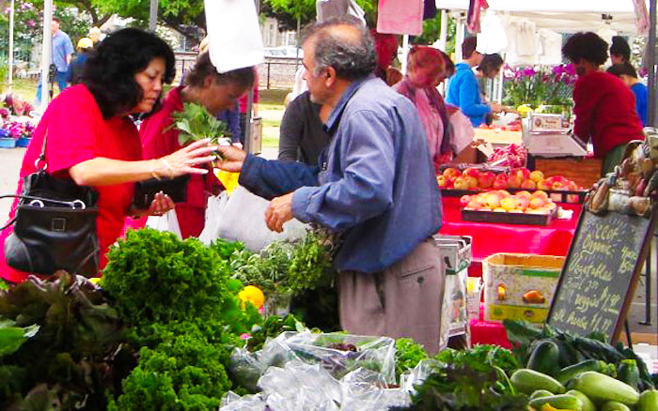 A customer buys fresh produce from a local farmer at the Leucadia Farmers Market. (Photo courtesy of Leucadia Farmers Market)
